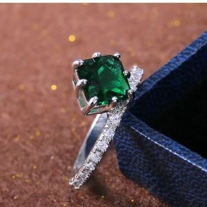 New! Gorgeous Emerald Fashion Ring! Size 7